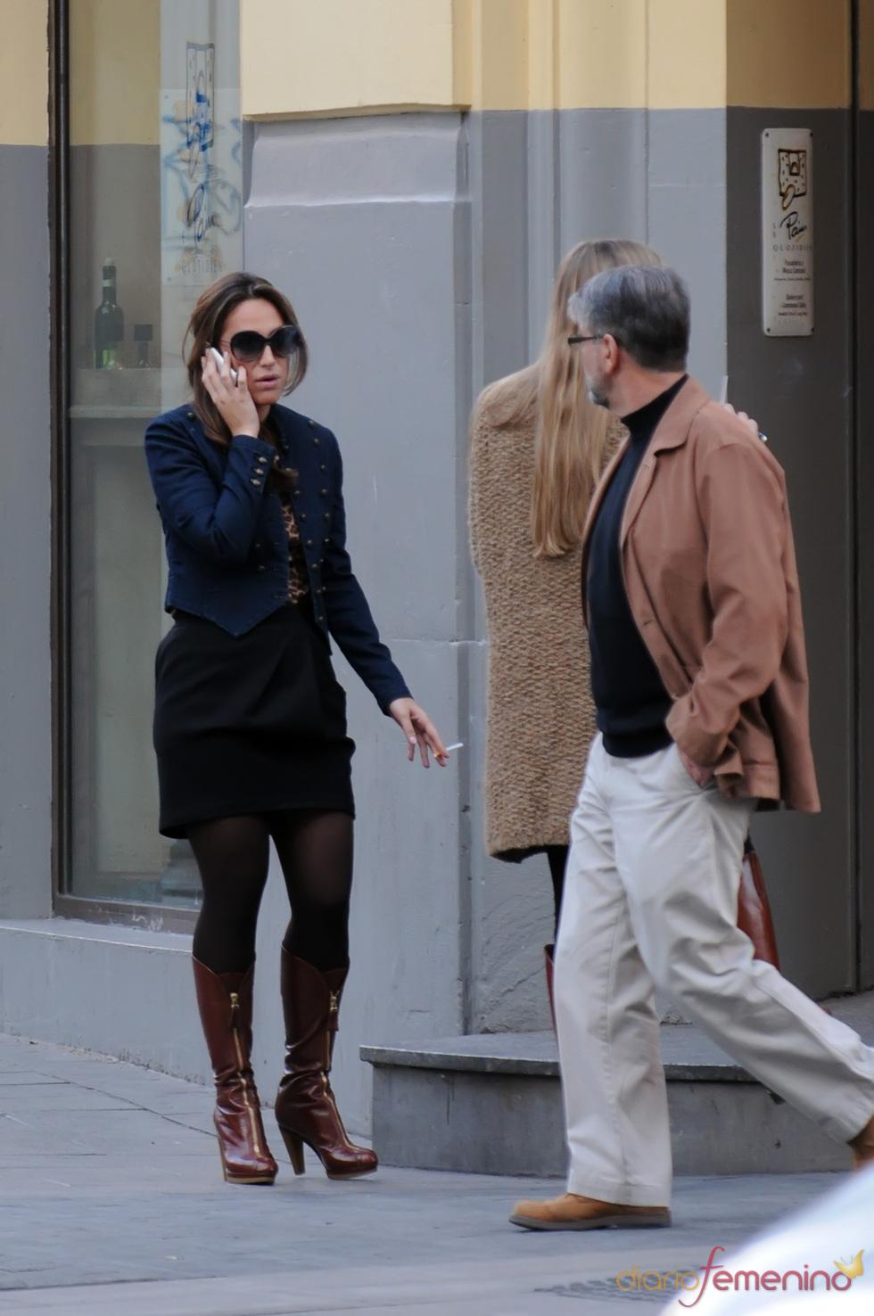 Tamara Falcó, fumando en la calle en Madrid