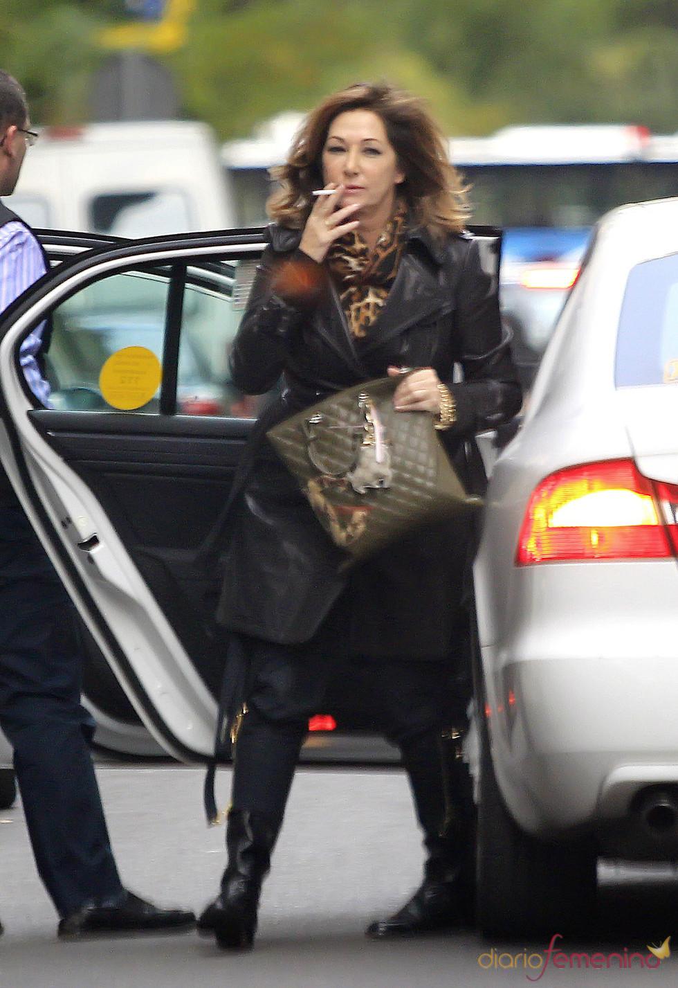 Ana Rosa Quintana sale fumando de un taxi en Madrid