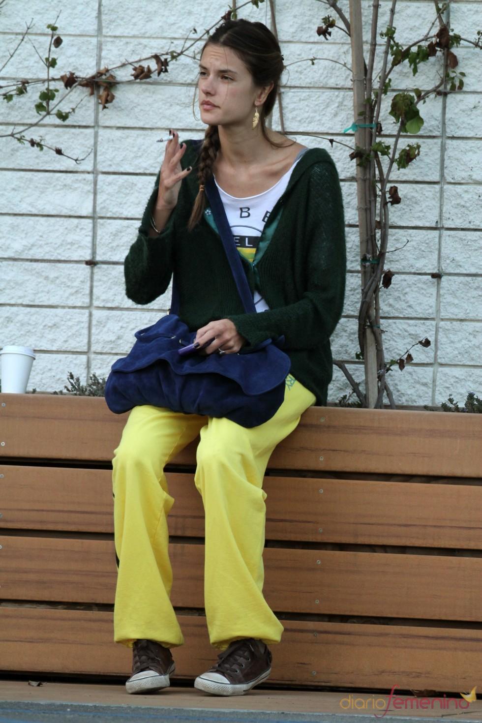 Alessandra Ambrosio, fumando en una calle de Los Ángeles