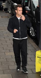 Robbie Williams, fumando por las calles de Londres