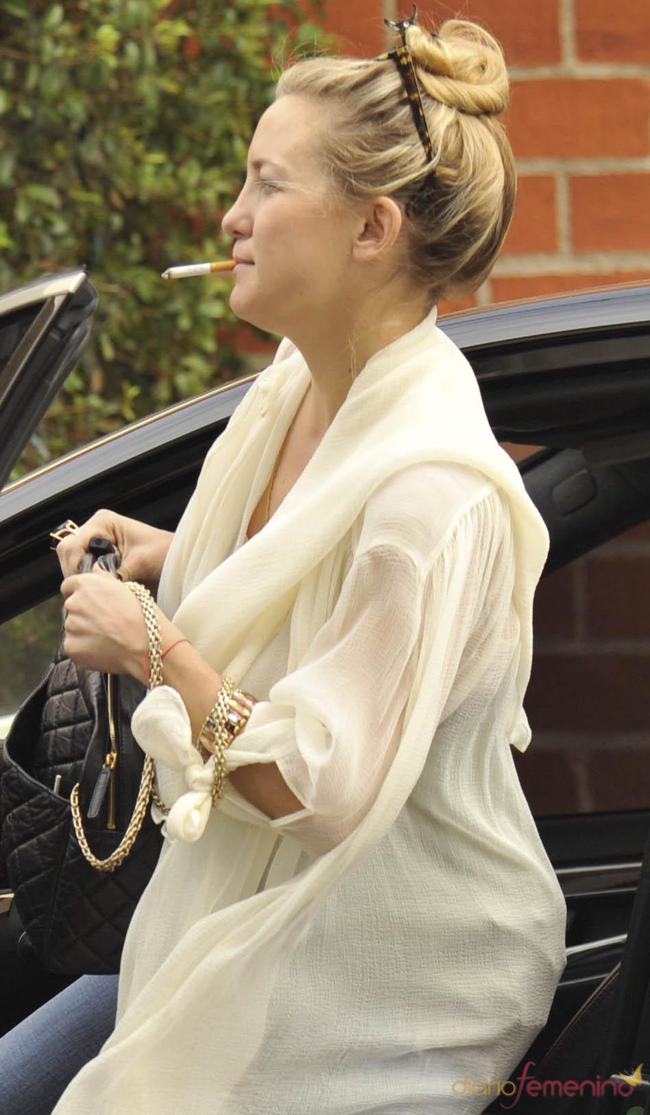 Kate Hudson entra en su coche en Beverly Hills fumando