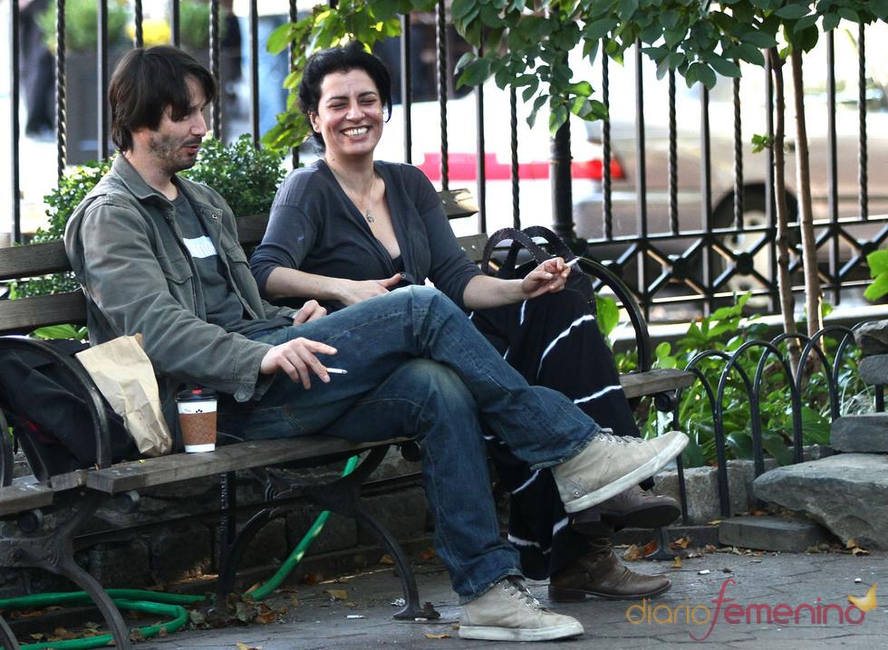 Keanu Reeves, fumando con una amiga en Nueva York