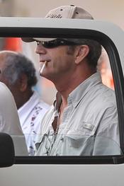 Mel Gibson, fumando por las calles de las islas Fiyi