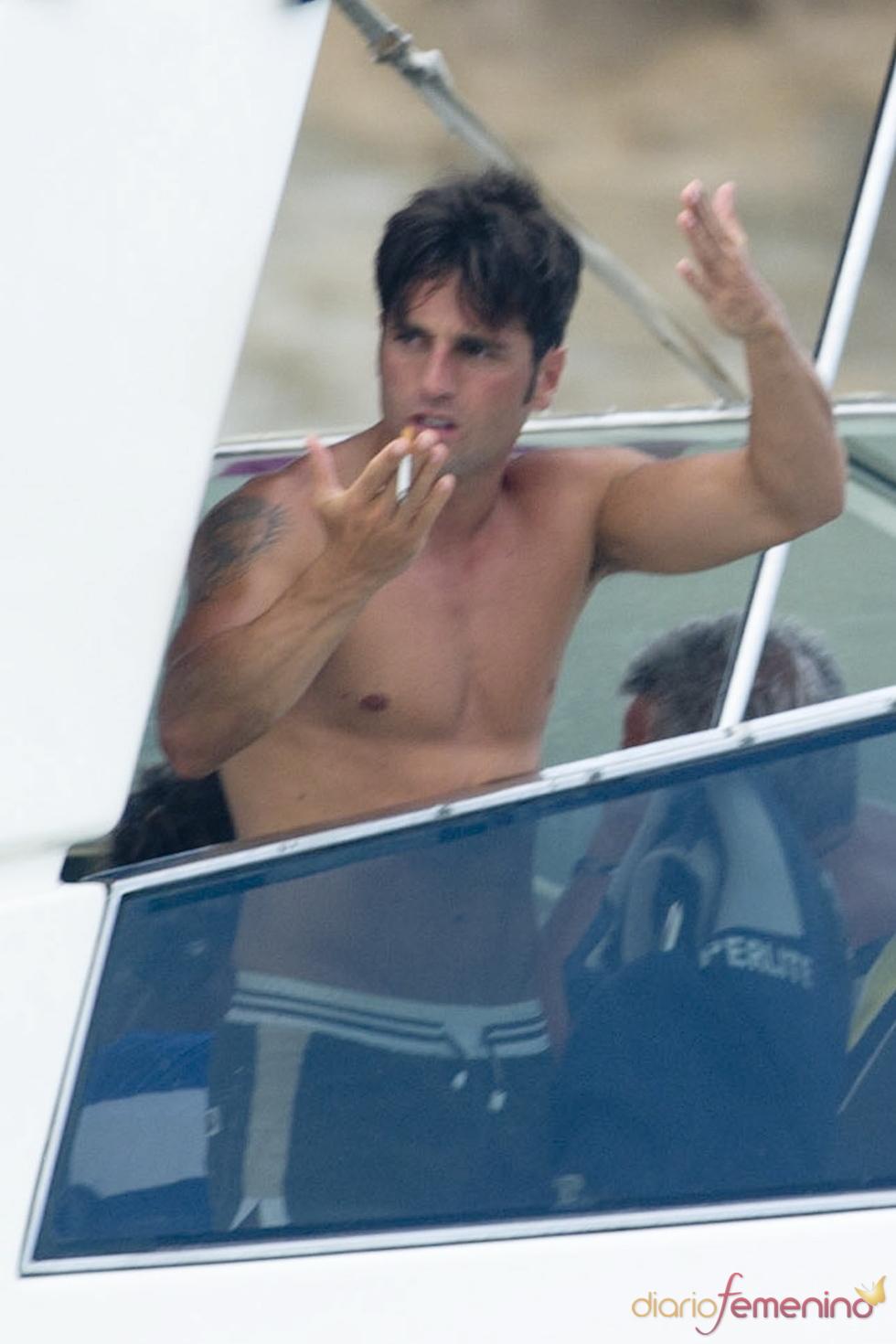 David Bustamante, fumando en altar mar en Ibiza