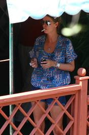 Nicky Hilton, fumando en la terraza de un local de Portofino