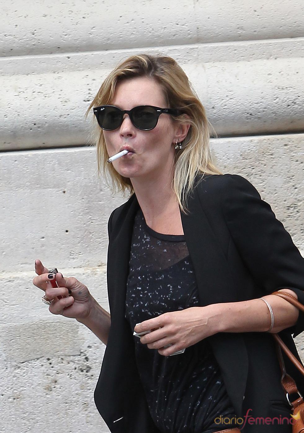 Kate Moss, fumando por las calles de París