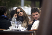 Dani Martín, fumando con su novia Huga en una terraza de Ibiza