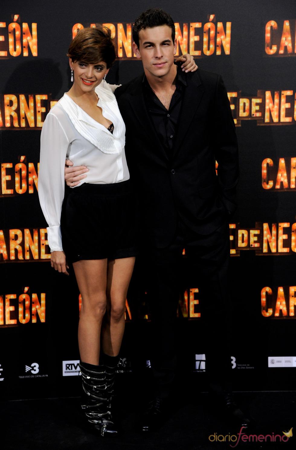 Mario Casas y Macarena Gomez en la presentación de 'Carne de Neón'