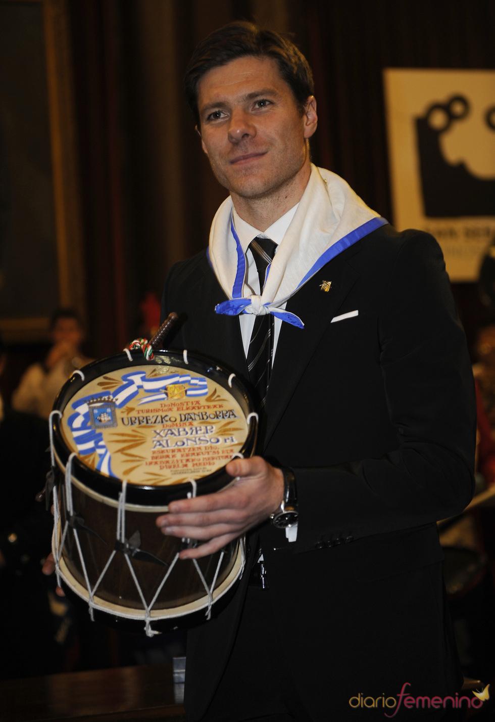 Xabi Alonso recibe el Tambor de Oro 2011