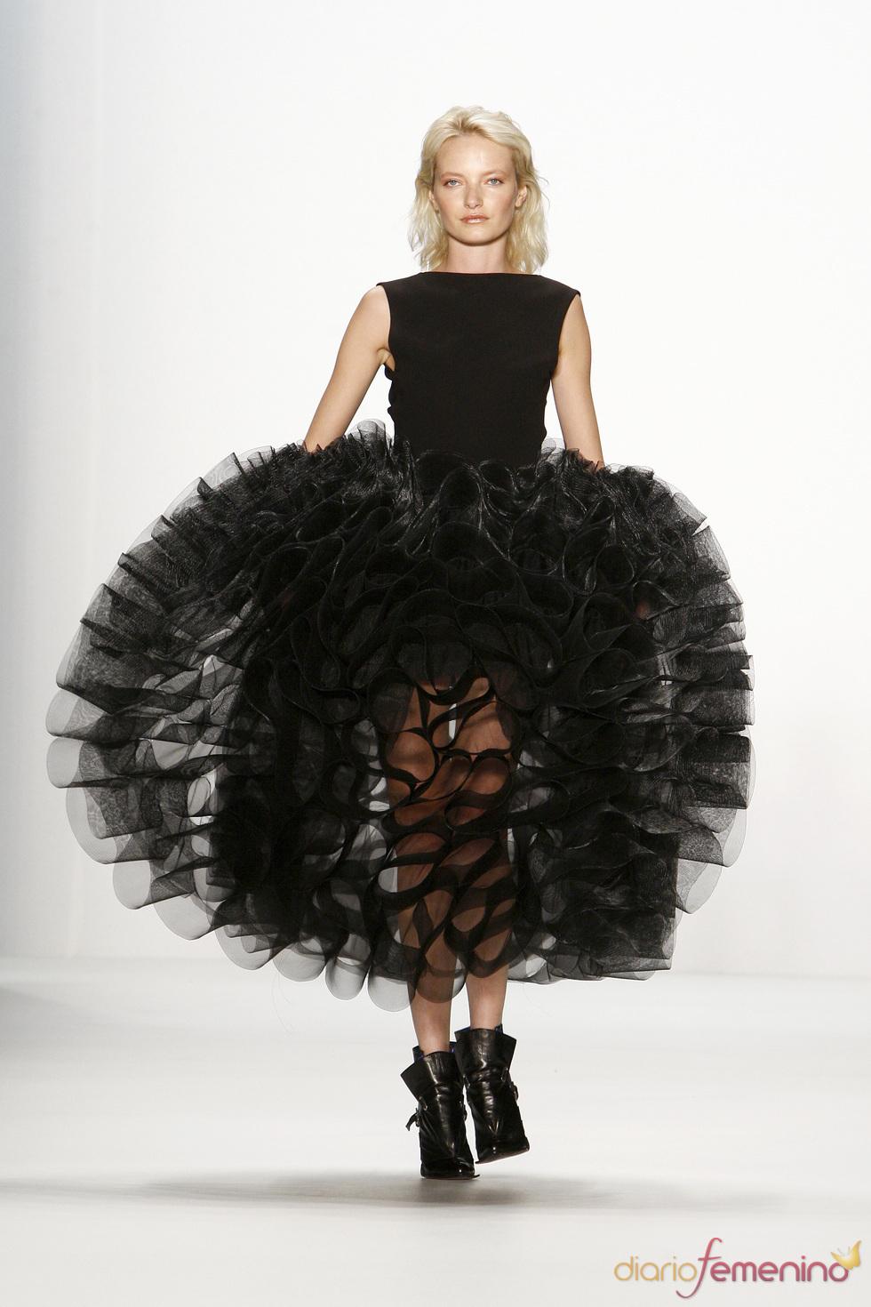 Vestido con impresionante falda de volumenes de Lever Couture, Berlín Fashion Week 2011