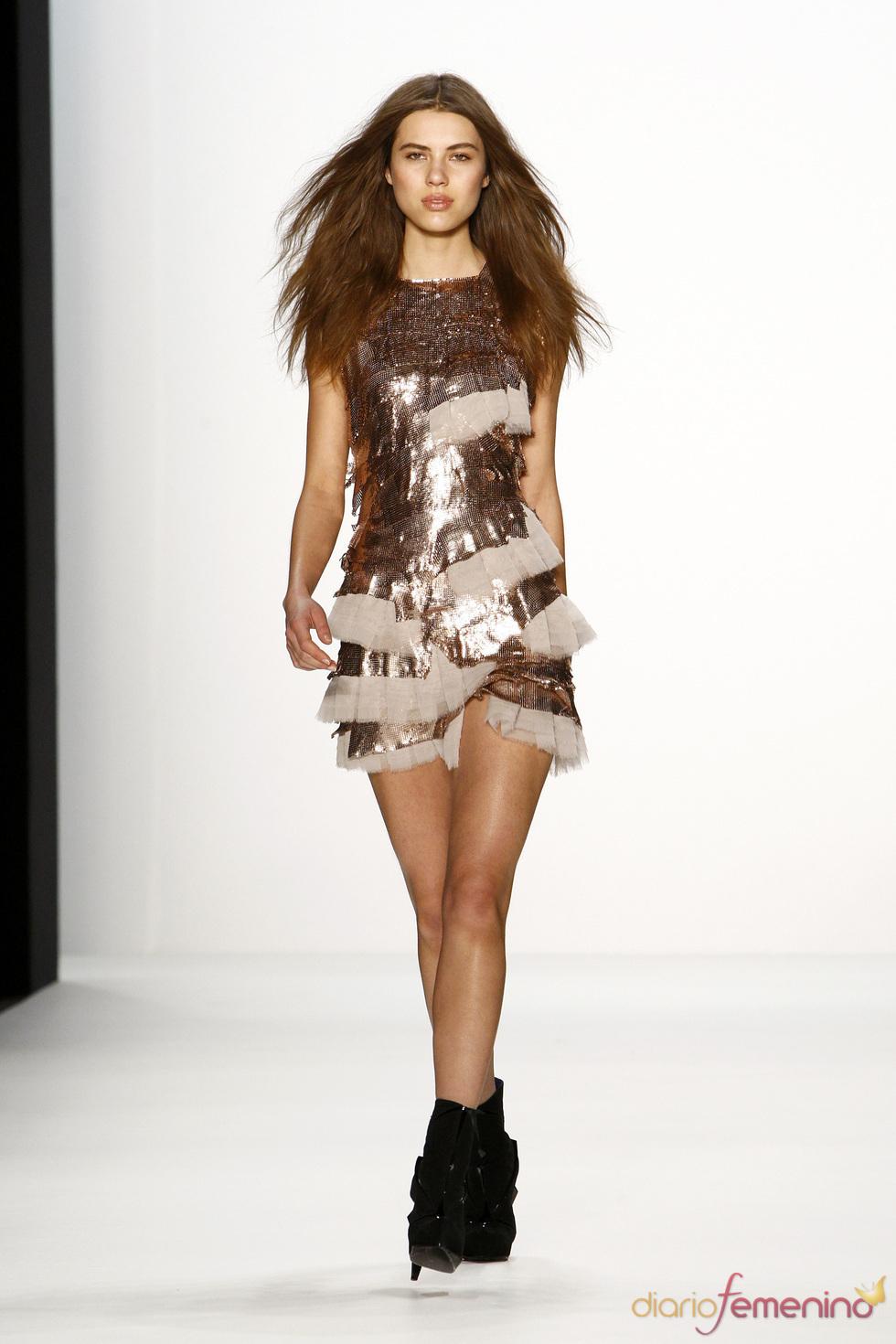 Mini vestido shiny de Lever Couture para la Berlín Fashion Week 2011