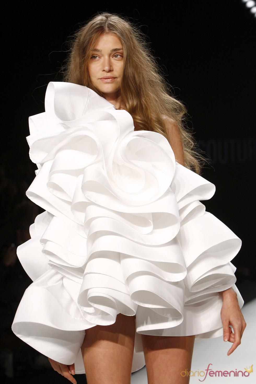 Mini vestido blanco de formas imposibles de Lever Couture para la Berlín Fashion Week 2011