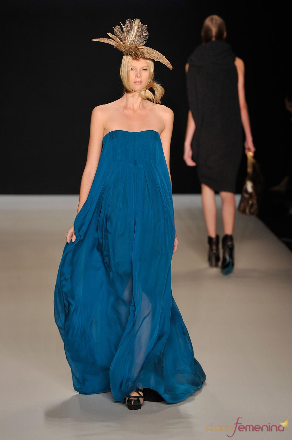 Vestido azul de Tomaszewski para la Berlín Fashion Week 2011