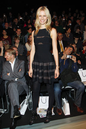 Karolina Kurkova en el desfie deTomaszewski, Berlín Fashion Week 2011