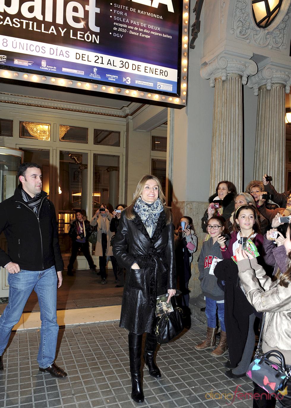 La princesa Letizia acude junto a una amiga a un espectáculo de Ángel Corella