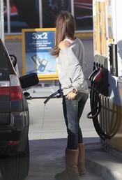 Sara Carbonero derrama la gasolina