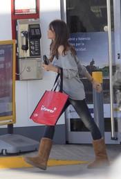 Sara Carbonero sale de la gasolinera con una bolsa