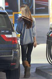 Sara Carbonero vuelve al coche después de repostar