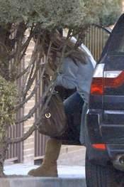 Sara Carbonero tiene problemas para salir del coche