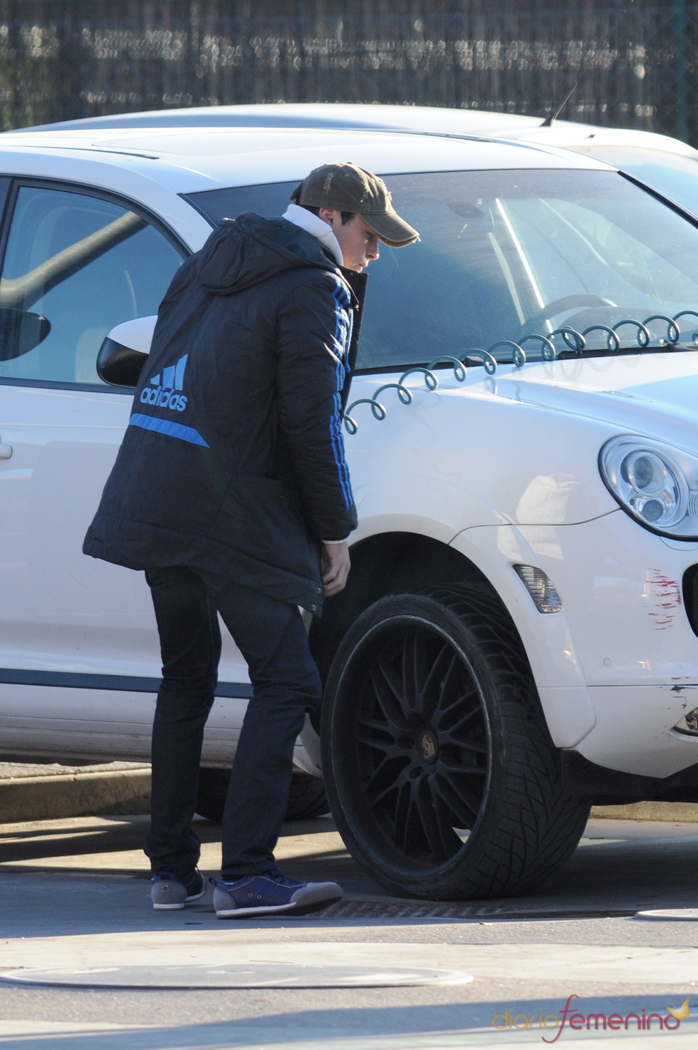 Mario Casas revisa las ruedas de su coche