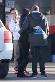 Mario Casas se fotografía con sus fans en la gasolinera