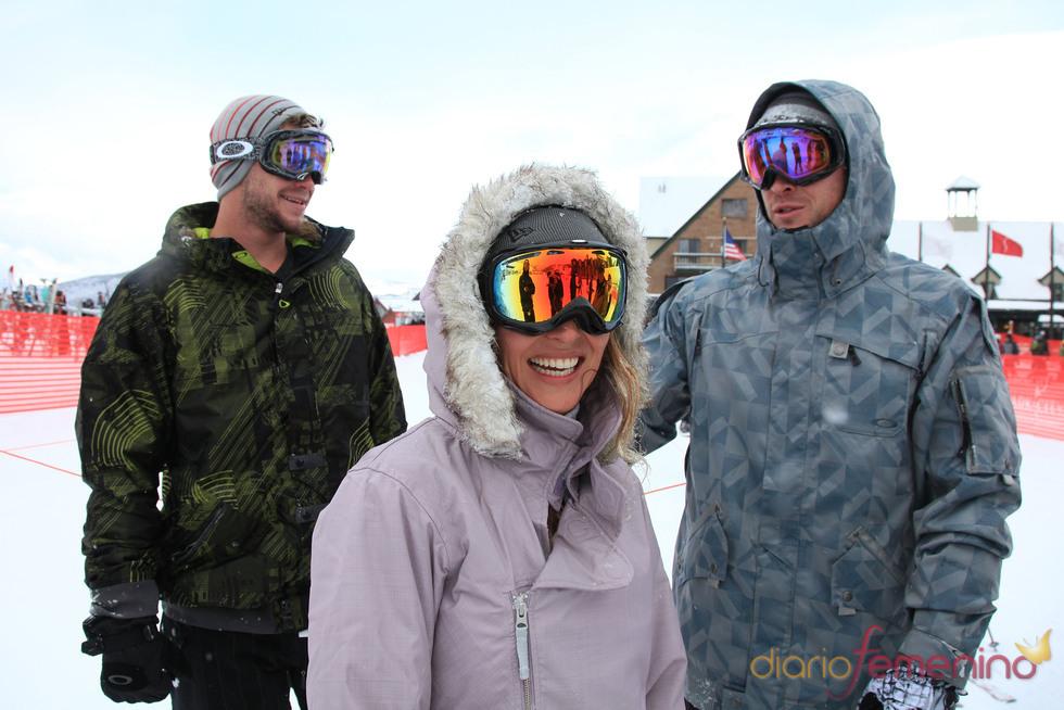 Elsa Pataky, Chris Hemsworth y Liam Hemsworth, en la nieve