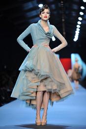 Plumas, volumen y color, protagonistas del desfile de Christian Dior en París