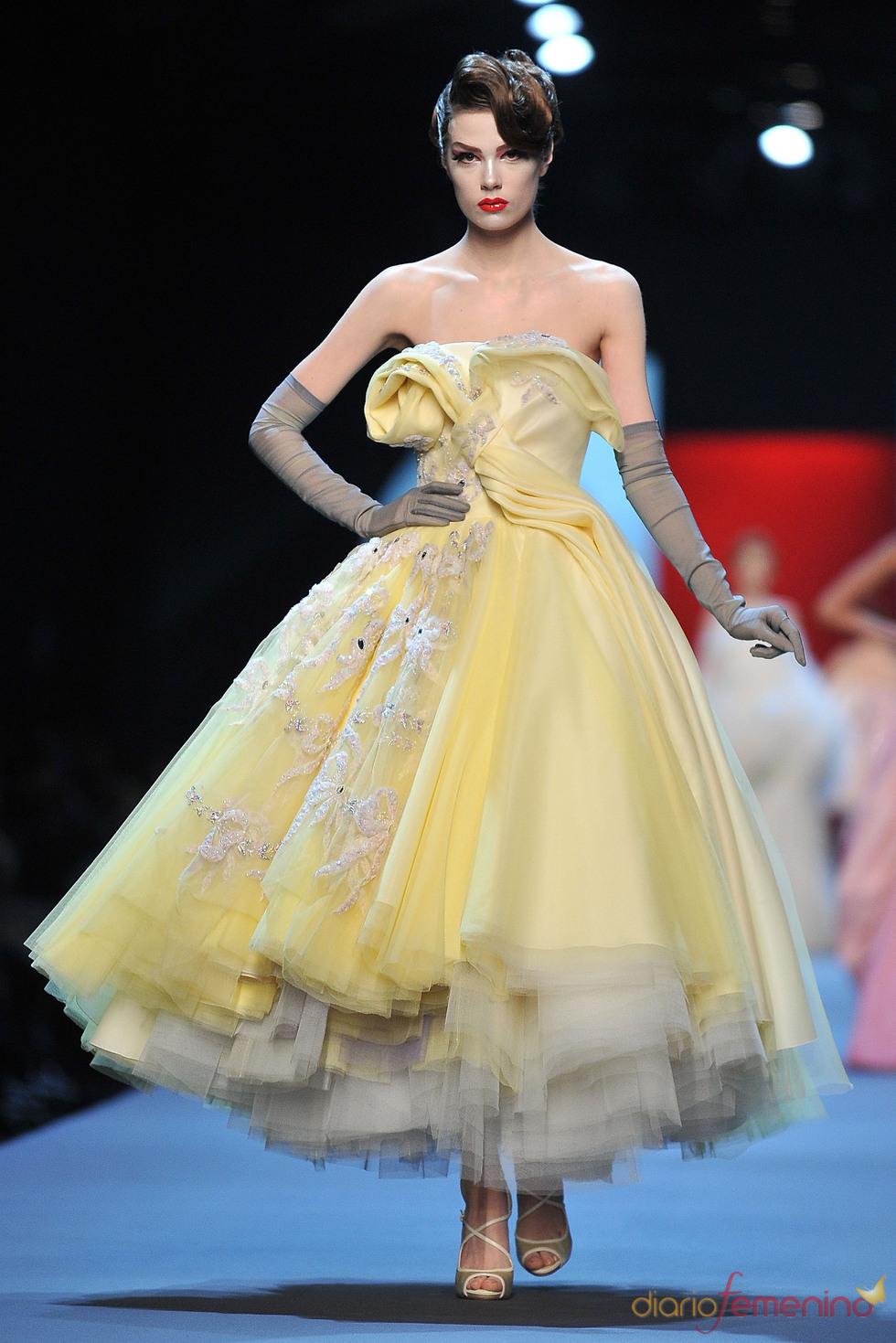 John Galiano viste a la mujer para el verano 2011 con pliegues, volantes, y faldas
