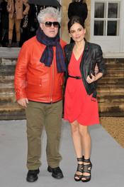 Pedro Almodóvar y Elena Anaya, seguidores de John Galiano en París