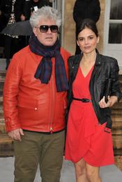 Pedro Almodóvar y Elena Anaya en el desfile de Christian Dior en París