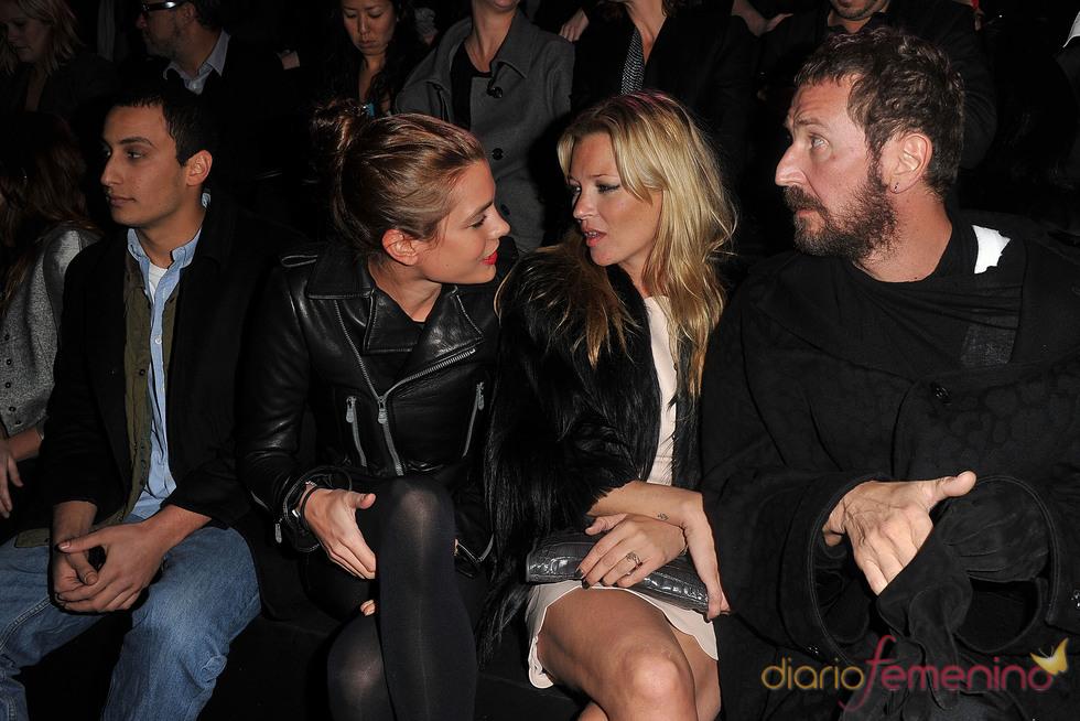 Kate Moss y Carlota Casiraghi comparten confidencias en el desfile de Etam