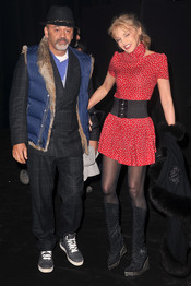 Christian Louboutin y Arielle Dombasle en el desfile de Etam en París