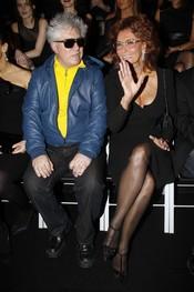Pedro Almodóvar con Sofía Loren durante el desfile de Giorgo Armani