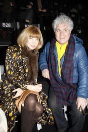 Anna Wintour con Pedro Almodóvar en el desfile de Armani