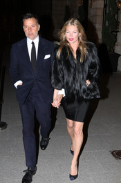Kate Moss pasea con un hombre que no es su novio por París