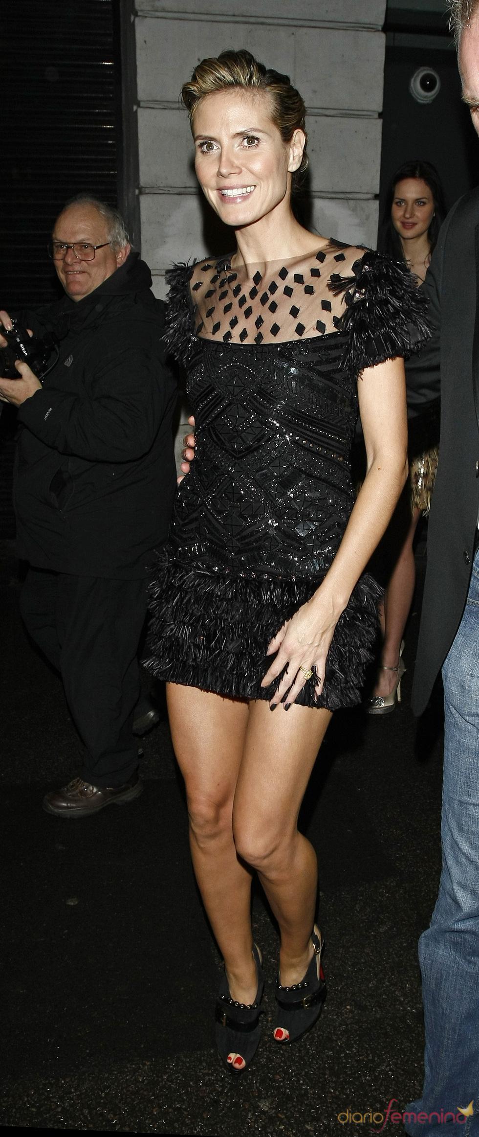 Heidi Klum luce tatuaje en la fría noche londinense