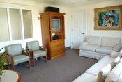 La sala de estar de la habitación de Penélope Cruz en el Cedars Sinai