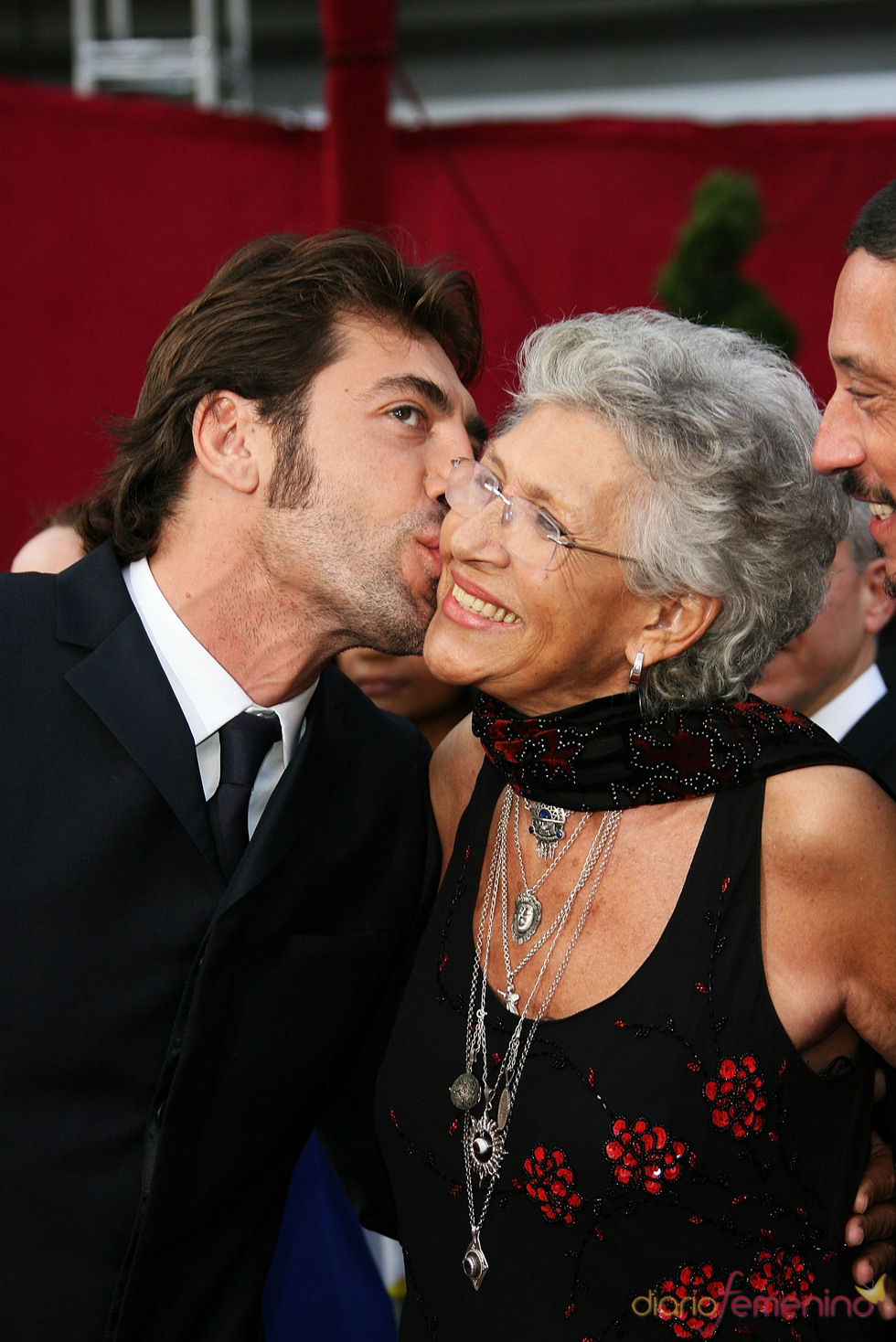 Javier Bardem besa a su madre Pilar