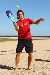 David Ferrer se relaja jugando al tenis en las playas de Australia