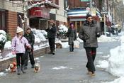 Hugh Jackman disfruta como un niño jugando con la nieve