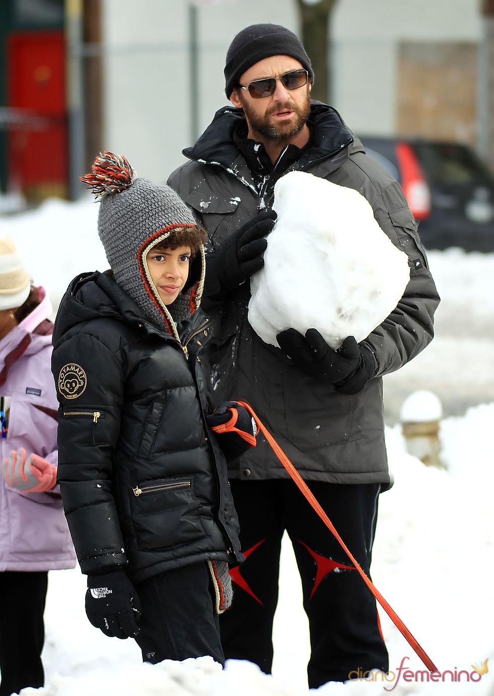 Hugh Jackman juega con sus hijos con la nieve de Nueva York