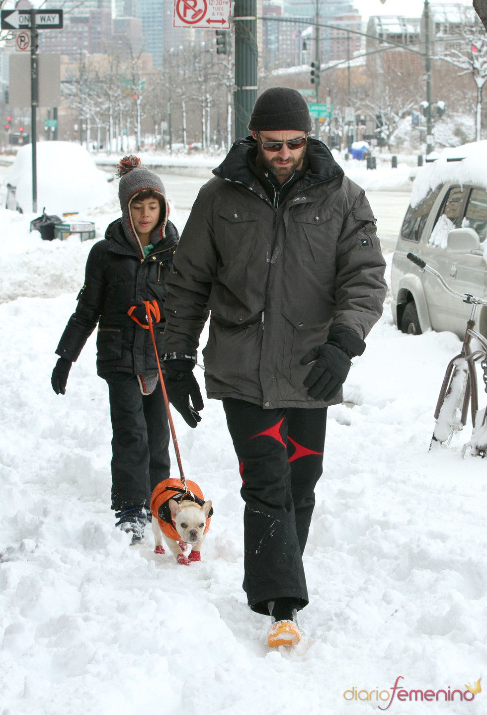Hugh Jackman saca su lado más divertido jugando con la nieve