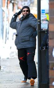 Hug Jackman coge impulso para lanzar una bola de nieve
