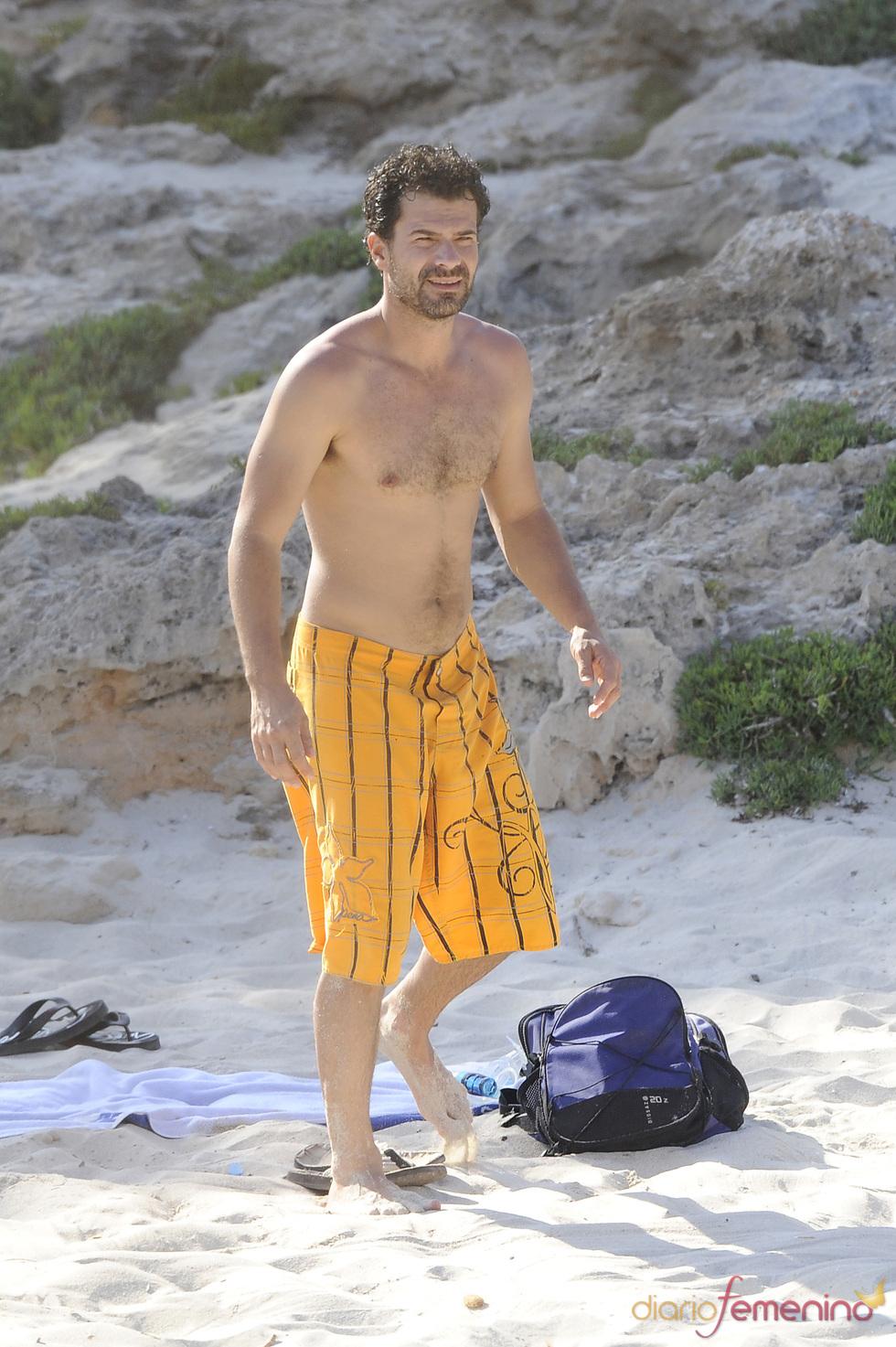 Rodolfo Sancho disfruta de sus vacaciones en la playa