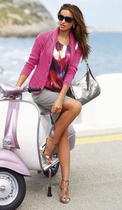 Irina Shayk posa muy sexy apoyada en una moto
