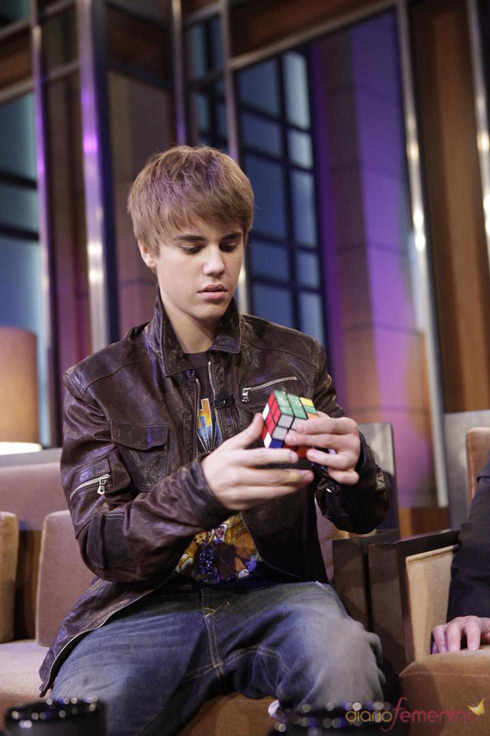 Justin Bieber pone a prueba su talento resolviendo el cubo de Rubik
