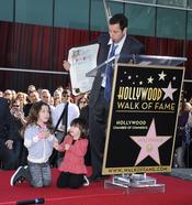 Adam Sandler con su Estrella de la Fama y sus hijas