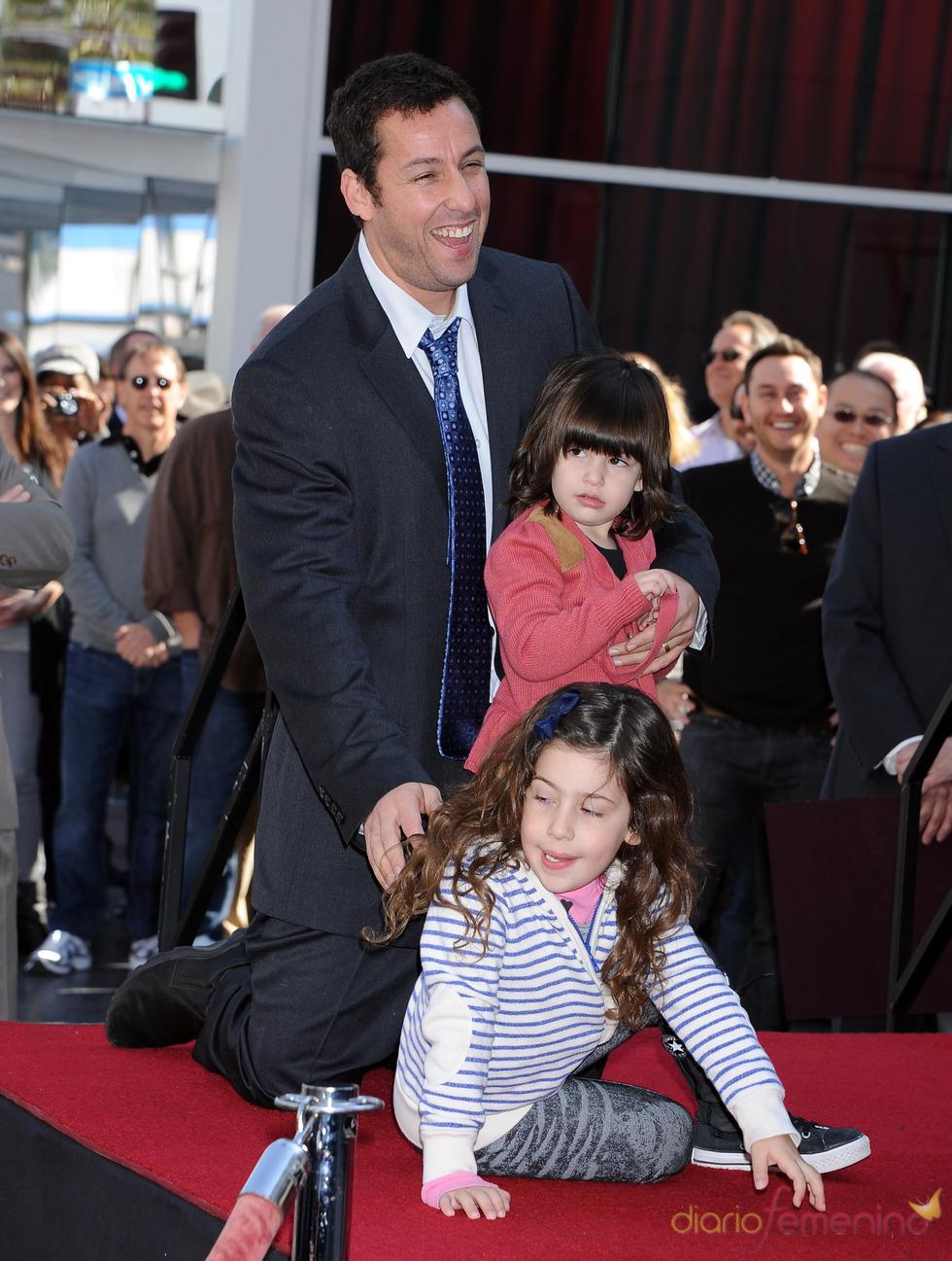 Adam Sandler con sus dos hijas