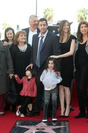 Adam Sandler posa feliz con su familia y amigos
