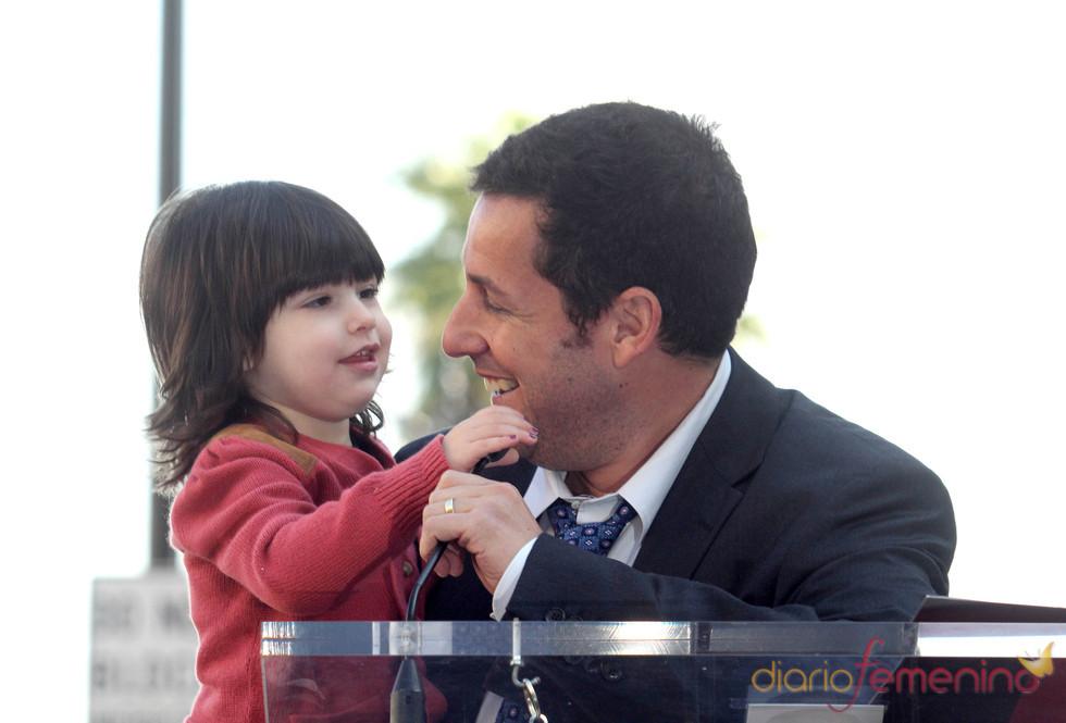 Adam Sandler muestra a su hija su Estrella